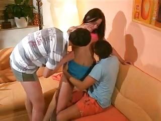 Des jeunes bisexuel s'amusent lors d'un trio