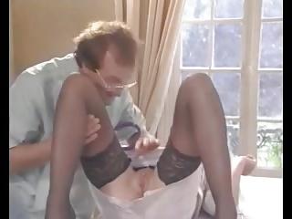 Un docteur vicieux et son assistante dévergondent un couple bi