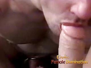 Une dominatrice demande à son esclave de sucer son gode ceinture