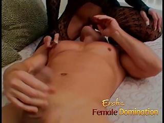 Une blonde mature aux gros seins baise à son tour son homme
