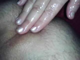 Ma femme me prépare mon cul avant de m'enfoncer un gode