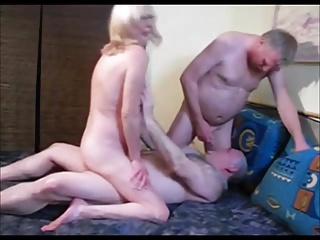 L'amant baise une femme mature et suce le mari