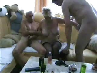 Une vieille salope pour deux hommes