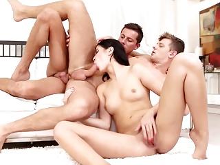 Deux gars bi baisent une fille