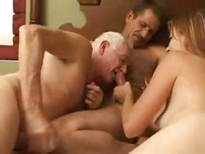 Un couple bisexuel baise avec un papi