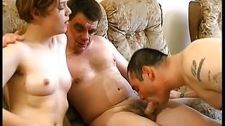 Des français dans une scène porno entre bisexuels