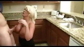 Du sexe amateur pansexuel dans une cuisine