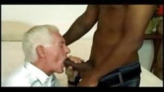 Papy Bi invite un gros black à baiser avec sa femme et lui