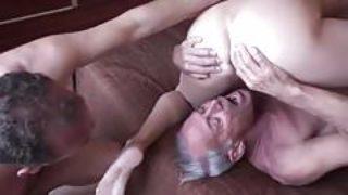 Baise bisexuelle à trois avec homme âgé
