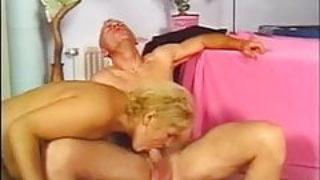 Tendance bisexuelle dans un trio avec des gars et une nana mature